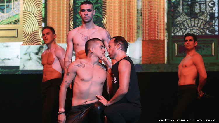 Hector Quijano leans in for a kiss in Sei7e