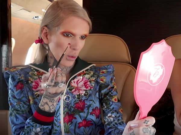 Jeffree Star Demonstrates How to Beat That Mug in a Private Jet